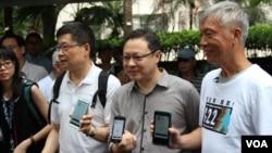 佔中三位發起人展示手機電子投票應用程序(美國之音海彥拍攝)