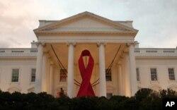 Un ruban rouge géant décore le portique nord de la Maison Blanche à l'occasion de la Journée mondiale du SIDA, le 1er décembre 2011