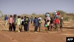 Warga etnis Dogon di Mali kembali ke desa mereka, setelah mengungsi untuk menghindari kekerasan (foto: ilustrasi).