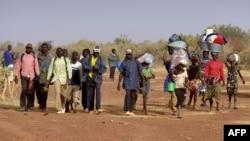 Les membres de l'ethnie Dogon rentrent dans leur village d'origine après l'arrivée des islamistes, à Binta, Mali, 1er février 2013.