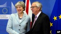 英國首相特蕾莎.梅(左)和歐洲委員會主席容克在布魯塞爾談判前握手.