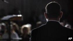 Uno de los agentes despedidos se ha visto involucrado ahora en otra polémica por una broma en Facebook involucrando a Sarah Palin.