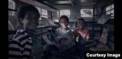 """Anak-anak di Papua membaca di mobil pustaka """"Sahabat Anak"""". (Foto WVI)"""