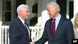 El vicepresidente de EE.UU. Joe Biden y el vicepresidente electo Mike Pence se reunieron el miércoles como parte de la transición de gobierno.
