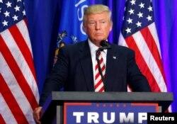 ຜູ້ໄດ້ຖືກສະເໜີຊື່ ລົງແຂ່ງຂັນເປັນປະທານາທິບໍດີ ຈາກພັກຣີພັບບລີກັນ ທ່ານ Donald Trump ຈັດການຊຸມນຸມໂຄສະນາຫາສຽງ ໃນເມືອງ West Bend, ລັດ Wisconsin, ວັນທີ 16 ສິງຫາ 2016.