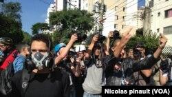 Para demonstran di Sao Paulo memrotes penghamburan anggaran oleh pemerintah Brazil untuk Piala Dunia 2014 (12/6).