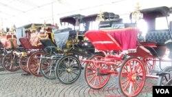 Kereta-kereta kencana yang dipamerkan pada Festival Keraton Sedunia di Jakarta, 5-8 Desember 2013. (VOA/Iris Gera)