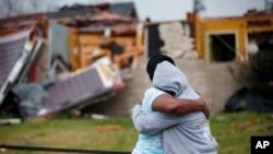 Lisa Carruth consuela a su nieta Juayonna Carruth luego de que un tornado destruyó su casa en Nueva Orleans el martes 7 de febrero.