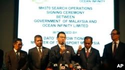 馬來西亞交通部部長廖中萊(中)在馬來西亞政府與海洋無限公司簽署搜尋馬航失蹤客機MH370的簽約儀式上講話(2018年1月10日)