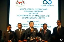 ARCHIVO - El ministro de Transporte de Malasia, Liow Tiong Lai, centro, habla en una conferencia de prensa durante la ceremonia de firma de operaciones de búsqueda de aviones perdidos del MH370 entre el gobierno de Malasia y Ocean Infinity Limited en Putrajaya, Malasia, enero 10, 2018.