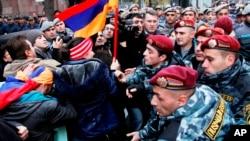 지난 2일 블라디미르 푸틴 러시아 대통령이 아르메니아를 방문한 가운데, 현지에서는 러시아와의 관세 동맹에 반대하는 시위가 열렸다. (자료사진)