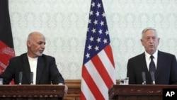 Presiden Afghanistan Ashraf Ghani (kiri) bersama Menhan AS Jim Mattis memberikan konferensi pers bersama di Kabul, Rabu (27/9).