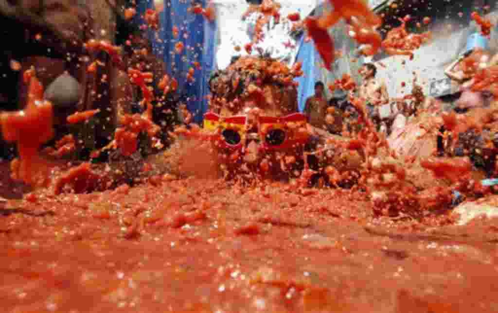 Gente de todas partes del mundo se lanza tomates durante la celebración de la 'Tomatina' en el pueblo de Buñol, cerca de Valencia, España.