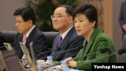 박근혜 한국 대통령이 23일 정부세종청사에서 열린 국무회의에서 모두 발언을 하고 있다.