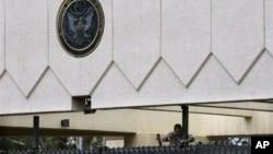 Seorang pekerja memperbaiki pintu masuk Kedutaan AS di Sanaa yang rusak (foto: dok). Seorang bersenjata dengan sepeda motor telah menewaskan pejabat keamanan Kedutaan AS, Kamis (11/10).