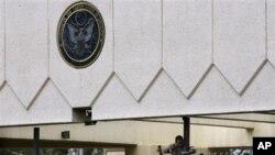 Seorang pekerja tengah memperbaiki pintu gerbang utama Kedutaan Amerika di ibukota Sana'a, Yaman (Foto: dok). Deplu AS mengeluarkan perintah evakuasi bagi Kedutaan AS di Yaman dan mengimbau warga AS untuk segera meninggalkan negara ini karena adanya ancaman teroris terkait al-Qaida.