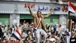 周日也门抗议者在萨那为被安全部队开枪打死的人举行葬礼