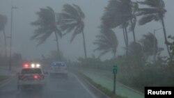 6일 허리케인 '어마'가 카리브해 북쪽 섬들을 강타한 가운데 푸에르토리코 산호세에서 경찰차가 피해 지역을 순찰하고 있다.