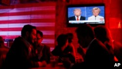 美國人10月19日電視上觀看兩位總統候選人辯論。