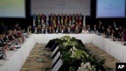 Tổng thống Argentina Cristina Fernandez (giữa) đọc diễn văn tại Hội nghị Thượng đỉnh Mercosur diễn ra tại Mendoza, Argentina, ngày 29 tháng 6, 2012.