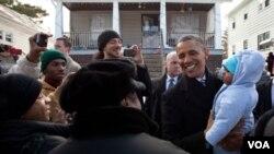 El presidente Barack Obama mantiene el apoyo de sus votantes de la base demócrata, pero es cuestionado por los votantes independientes.
