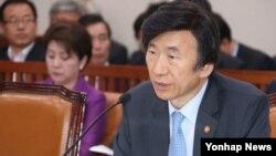윤병세 한국 외교부 장관이 11일 국회 외교통일위원회에서 의원들의 질의에 답변하고 있다.
