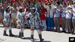 Китайские космонавты перед полетом в космос. 11 июня 2013 г.