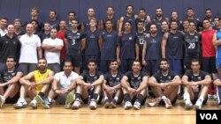 عکس مشترک تیم های ملی والیبال ایران و آمریکا که در کالیفرنیا در اردو به سر می برند