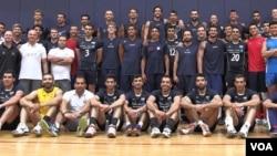 عکس مشترک تیم های ملی والیبال ایران و آمریکا که سال گذشته در اردوی مشترک کالیفرنیا به سر میبردند