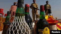 파키스탄 세관 당국이 지난 1월 카라치에서 불법 밀매 단속 중 압수한 주류를 태우고 있다. (자료사진)