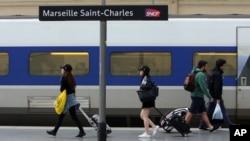 ພວກຜູ້ຄົນພາກັນ ຍ່າງຢູ່ໃນສະຖານີລົດໄຟ ເມືອງ Saint-Charles, ໃນນະຄອນ Marseille, ທາງພາກໃຕຂອງຝຣັ່ງ, ວັນທີ 1 ມິຖຸນາ 2016.