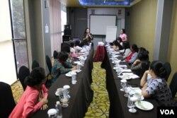 Belasan perempuan penghayat di Bandung, Jawa Barat, mengikuti diskusi terpadu mengenai diskriminasi dalam pelayanan administrasi kependudukan, Minggu (31/3/2019). (VOA/Rio Tuasikal)