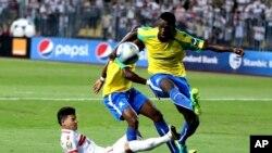 Deux attaquants du club sud-africain prennent d'assaut le but d'Al Zamalek d'Egypte que défend Ahmed Twafik lors d'un match de la finale de la Ligue des champions de la CAF entre Al Zamalek et Mamelodi Sundowns au stade Borg El Arab à Alexandrie, Egypte, 23 octobre 2016.