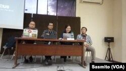 Sejumlah perwakilan koalisi masyarakat sipil dari Greenpeace, Walhi Jakarta, Rujak Centre for Urban Studies dan LBH Jakarta saat menggelar konferensi pers di Jakarta, Senin, 6 Januari 2020. (Foto: VOA/Sasmito)