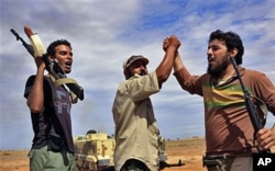 Libyan revolutionary fighters react during an attack on the city of Sirte, Libya, October 6, 2011 (AP photo)
