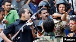 Cảnh sát và những người ủng hộ chính phủ bên ngoài ngôi đền al-Fatah ở Cairo, 17/8/2013