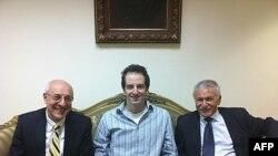Serbest bırakılan Ilan Grapel Kahire'de avukatı ve bir İsrail milletvekili ile..