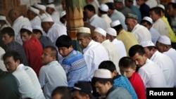 중국 북서부 신장 위구르 자치구의 모스크에서 위구르족 남성들이 기도를 하고 있다. (자료사진)