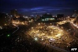"""Qohira markazidagi """"Tahrir"""" maydonidan tunu kun odam arimaydi, 3-fevral 2012"""