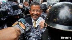 El exmandatario salvadoreño, Francisco Flores, fue puesto bajo arresto domiciliar luego de permanecer más de cinco meses prófugo.
