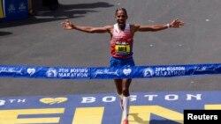 Meb Keflezighi saat mendekati garis finish dalam perlombaan lari Marathon Boston ke-118 di Boston, Massachusetts (21/4).