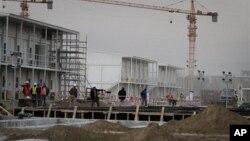 Hình tư liệu - Các công nhân đi bộ trong khu vực xây dựng đại sứ quán Hoa Kỳ ở Kabul, Afghanistan.