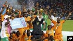 La Côte d'Ivoire célèbre son titre de championne de la Coupe d'Afrique des nations à Bata, Guinée équatoriale, 28 février 2015.