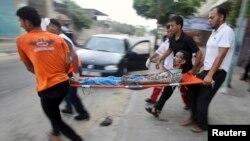 Gazze'nin Han Yunus kasabasında bir yaralıyı taşıyan Filistinliler