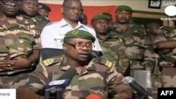 Phát ngôn viên quân đội Niger, Ðại tá Karimou đưa ra các tuyên bố trên truyền hình trong thủ đô Niamey