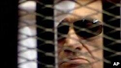 법정 피고석 철창안의 호스니 무바라크 전 이집트 대통령