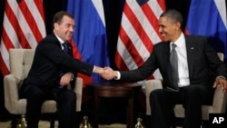 APEC 회담에 참석해 드미트리 메드베데프(좌) 러시아 대통령과 악수를 나누는 바락 오바마 미국 대통령