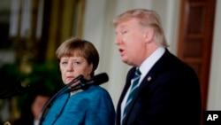 رئیس جمهور ایالات متحده و صدراعظم آلمان حین صحبت در کنفرانس خبری در قصرسفید