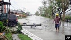 30일 필리핀 북동부 이사벨라 지방에서 태풍 위투의 영향으로 전신주가 쓰러졌다.