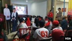 Nonton Bareng Debat capres perdana di Posko Mega Gotong Royong PDI-P pengusung capres nomor 01 Jokowi-Ma'ruf Amin di Solo, Kamis malam (17/1).